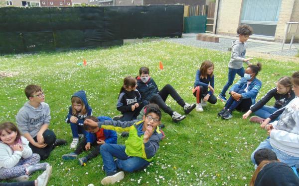 jongeren op een grasplein