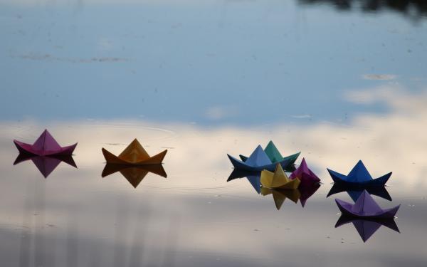 papieren bootjes op het water