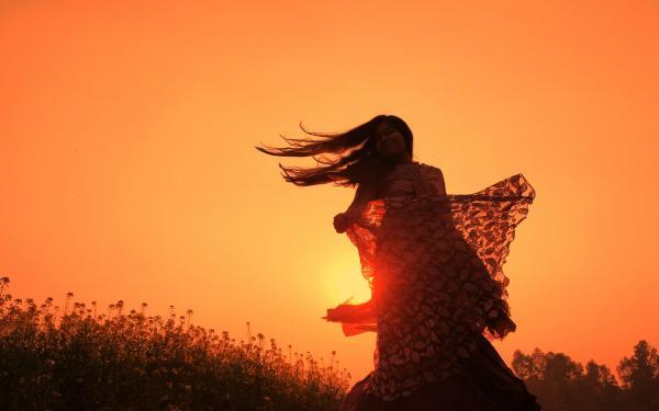 vrouw danst in de natuur