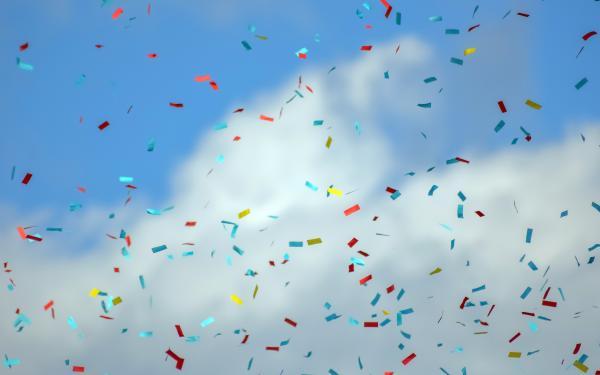 confetti in een blauwe lucht