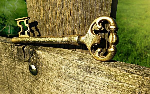 sleutel op hekje