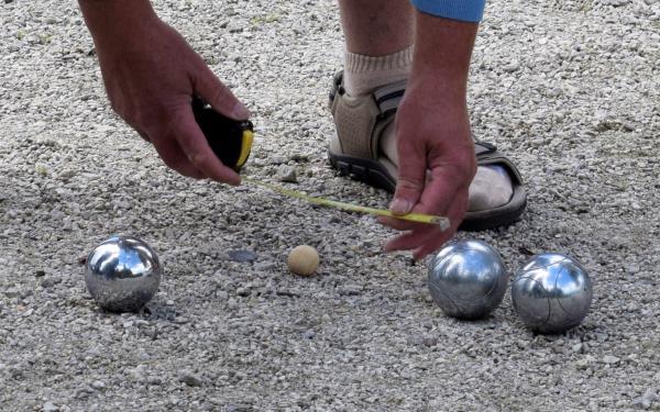 Petanque ballen worden gemeten