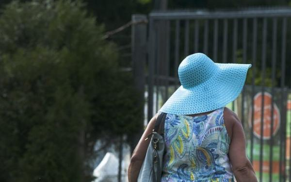 vrouw met zonnehoed