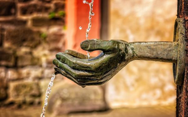 fontein, handen waar water over stroomt