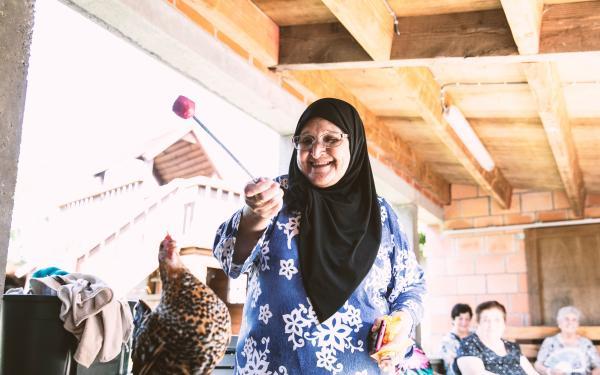 Vrouw voedert kip