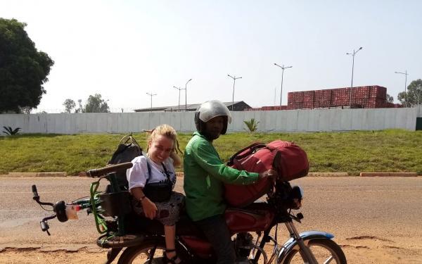 Loes achterop de motorfiets