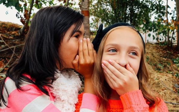 Twee fluisterende meisjes