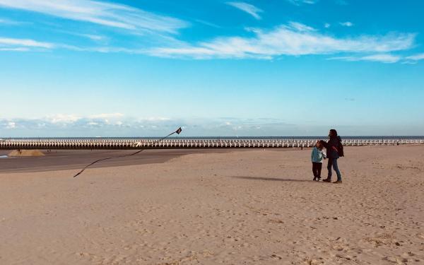 Tanja en Jade op het strand met een vlieger