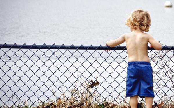 kindje kijkt naar het water