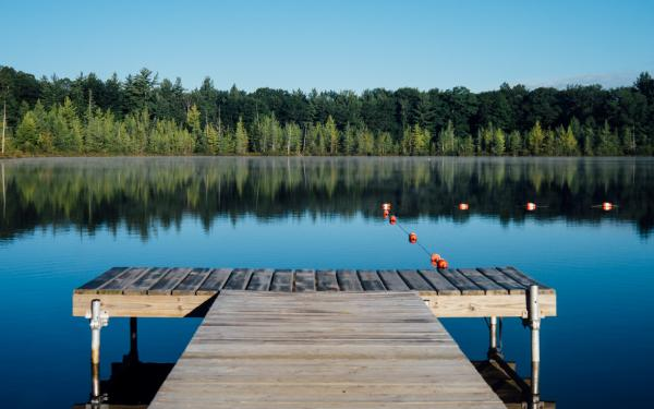 zicht op een meer