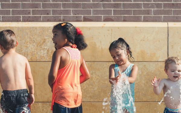 Foto kindjes op een rij in het water
