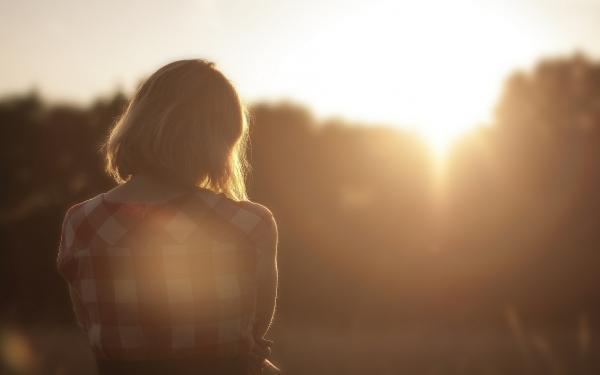 vrouw in zonsondergang