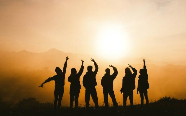 Vriendengroep bij zonsondergang