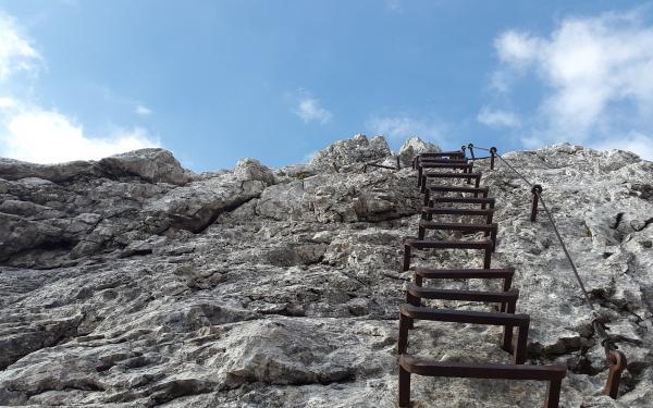 berg met ladder