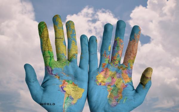 handen beschilderd met de wereldkaart