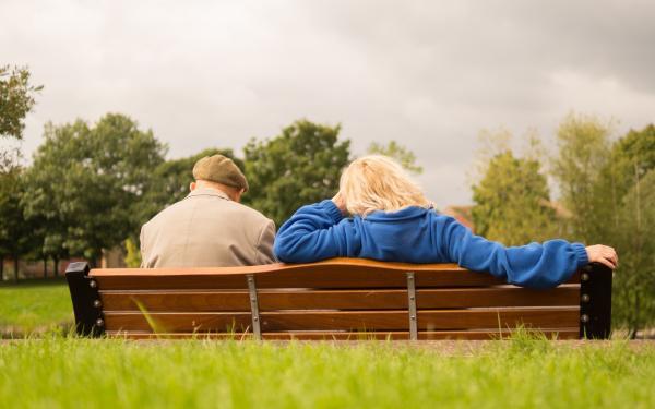 man en vrouw op bank