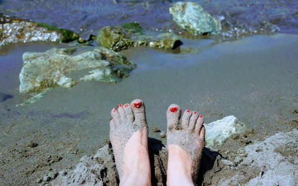 blote voeten op het strand