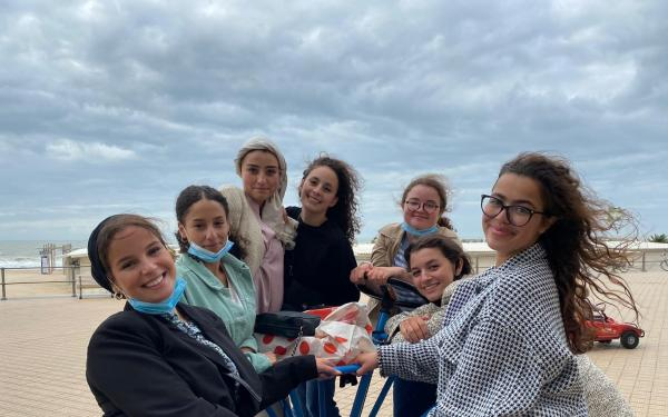 Loubna en vriendinnen aan zee
