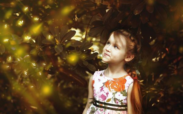 Meisje kijkt ondeugend naar glimwormen