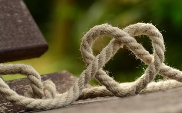 touw geknoopt in de vorm van een hart