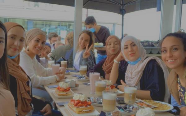 aan tafel met de dames van Safespace