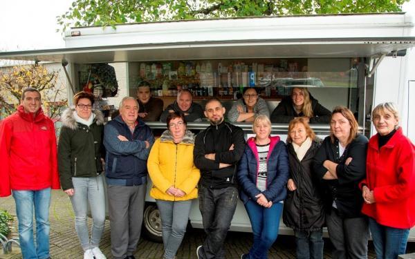Marktwagen en vrijwilligers van Slaatje Praatje