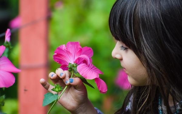 kind met bloem in de hand