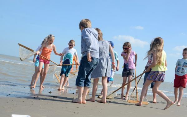 Kinderen spelen aan de zee