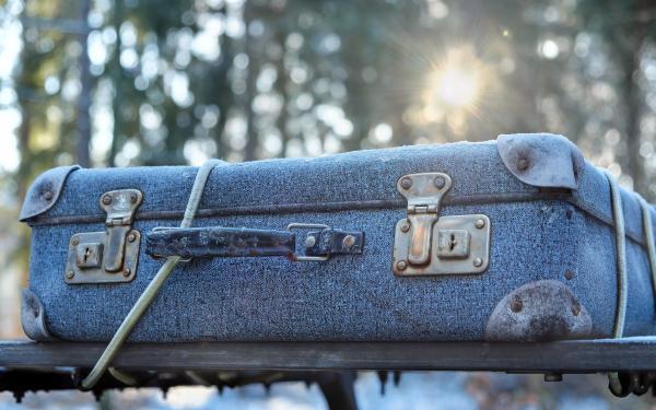 reiskoffer en zonnestralen