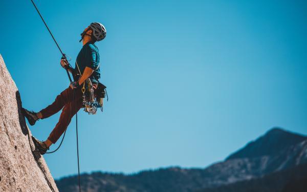 Twee personen zijn aan het klimmen