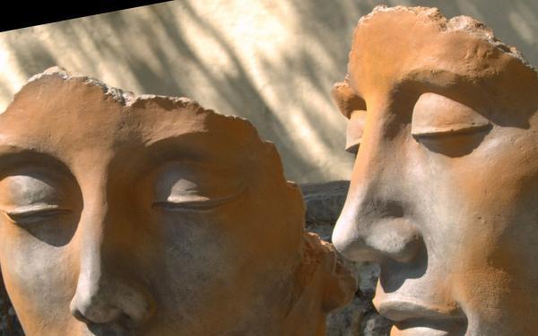 sculptuur twee hoofden